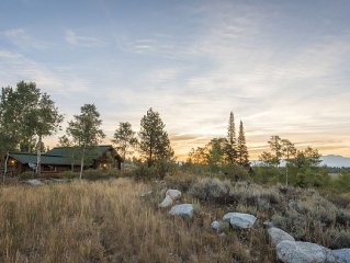 360 degrees of Mountains surround this authentic cabin with fireplaces and loft!