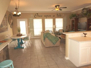 Sea La Vie, Steps away from the BEACH, 3bd, 2.5 baths sleeps up to 8 guests.