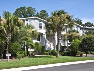 Townhouse, Minutes to Beach, 4BR 3.5 BA, Sleeps 8, Garage, WiFi,Pool steps away
