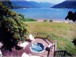Awesome Beach House on Kootenay Lake in Nelson, aluguéis de temporada em Balfour