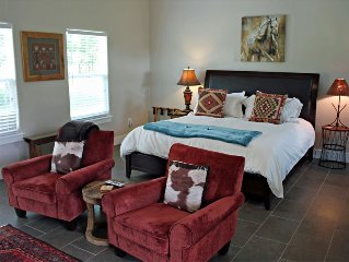 Running Horse Cottage - Hill Country Views - 10 Mins To Downtown Fredericksburg