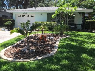 COZY COASTAL COTTAGE on a CUL DE SAC; Walkable to all Dunedin has to offer !!!