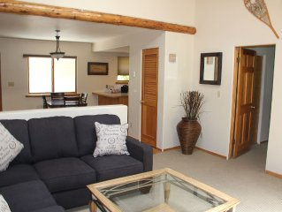 Beautiful Private 2 bed, 2 bath Condo on 300+ acre Ranch - golf, Trails