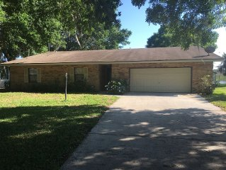 Lakefront 3 BR home centrally located between Orlando and Tampa attractions.