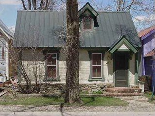Charming Cabin for 2 in Historic Town Center; King Bed!