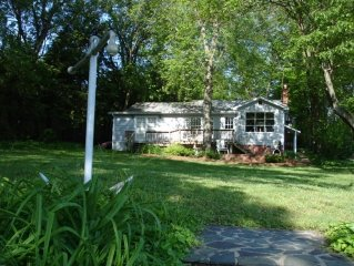 Lovely Cape Cod Waterfront Cottage Near Annapolis