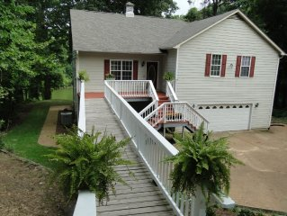 Large Lakefront Home Minutes from Memphis, Graceland, Beale St, Tunica, Ole Miss