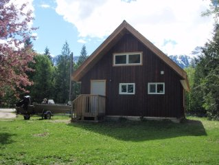 Screamin' Mimis Chalet Charming Chateau with Mountain View Minutes to Ski Hill.