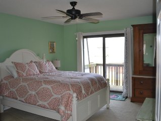 Family-friendly 2BD with Spectacular Sunset Views; Pool, pier, many amenities.