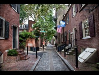 Cozy townhouse steps to Convention Center, Independence Hall & The Liberty Bell