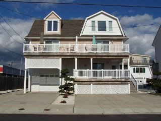 Fabulous Townhouse, Bay Views, Walk to Shops & Beach, 3 Decks