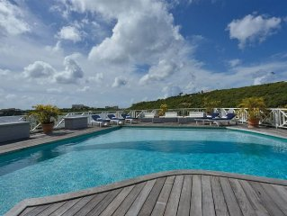 Waterfront Villa, Jacuzzi, Pool, Private Dock Ideal for Large Group and Family