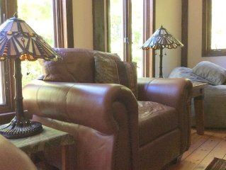 "COUPLE(S) PERFECT!! 2 BED/BATHS ; CENTRAL AC; FIREPL; ROMANTIC ""SKI LODGE"" FEEL"