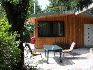 im grünen gelegener, modern eingerichteter Bungalow mit Kamin ab 57 Euro pro Tag