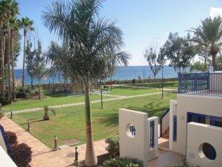 Bahia Feliz Apartamento  primera linea al mar con vistas 20m playa ,jardines .