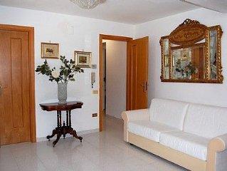Villa Crispina A: Un elegante appartamento che è parte di una villa con vista su