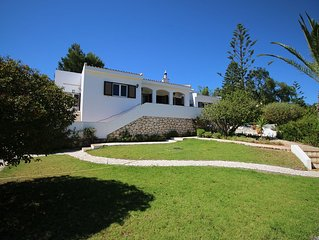 Villa rustica com piscina e espacos verdes.