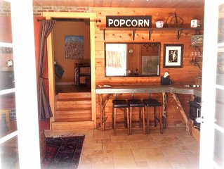 THE HIDEAWAY charming & tiny 1BR cabin near hiking, skiing, Wrightwood village.
