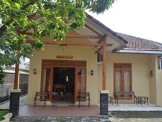 Simple 3BR House in Yogyakarta + WiFi + TV + Hot Water