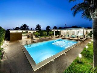 Bellissima Villa in stile moderno, con piscina, solarium attrezzato e giardino.