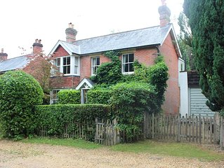 Peaceful New Forest Cottage with 3 en-suites and walking distance to Burley