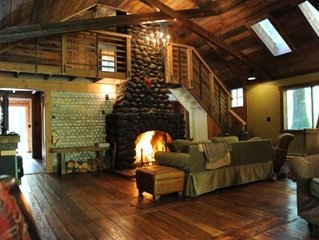 Restored Romantic Streamside Cabin, Hot Tub, Free Wi-Fi