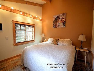 CARRIAGE HOUSE COTTAGE ~'KOBUK'S STALL' ~ HOT TUB ~ ACROSS FROM DOUBLE MUSKY