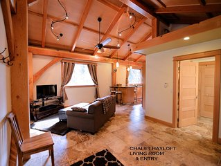 CARRIAGE HOUSE CHALET LOFT ~ HOT TUB ~ ACROSS FROM DOUBLE MUSKY RESTAURANT