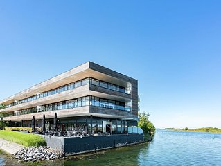 Spacious and luxurious apartment by the lake near