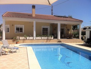 Luxury Family Villa, Private Heated Pool,4 Bedrooms, Guardamar, Walk To Beach,