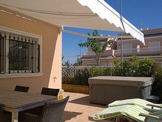 Luxe ingericht huis slechts 200 meter van strand met tuin, jacuzzi en dakterras.