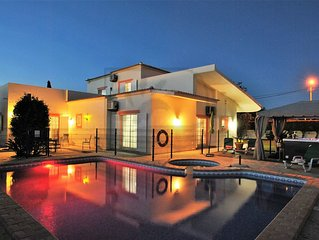 LUXURY 4 BED VILLA W/ PRIVATE FULLY FENCED HEATED POOL, JACUZZI, A/C AND WIFI!