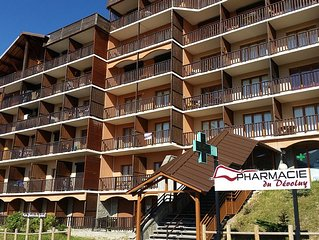 Apartment in the heart of the village and 100m from the slopes and ski schools.