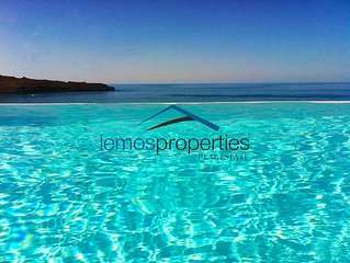 Fantastic villa with a swimming pool and a great sea view.