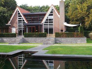 Luxe vakantiehuis in Friesland met 3000m2 tuin met zwemvijver