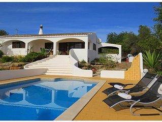 Luxus private Villa mit Pool und einen Ausblick über Faro und das Meer.