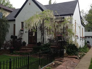 Charming & Quiet! 'A must see', dog friendly, cottage in central Denver, sleep