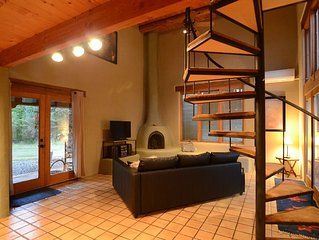 A Beautiful & Bright Home right in Taos + large jet tub!