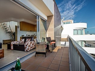 Stunning Penthouse Apartment, shared swimming pool, sleeps 4