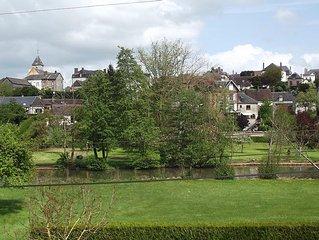 Petite maison normande à colombages dans village avec tous commerces