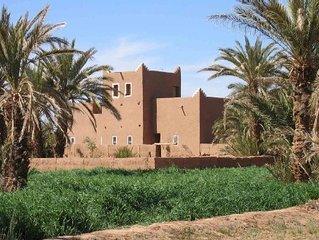 riad traditionel en pisé à l'orée du sahara