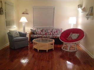Florida Cottage walking distance to beach and restaurants.