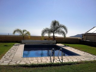 Estupenda con jardin, piscina privada, terraza y vistas al mar y la montana.