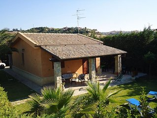 Near CEFALU' nice independent villa with garden and pool, 200 mt from the beach