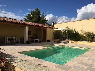 Au pied du Luberon, belle maison provencale avec piscine, et vue sur le Luberon
