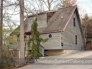 Rays Inn cabin near Pigeon Forge Parkway, 2Br with Hot Tub, Love Seat & more