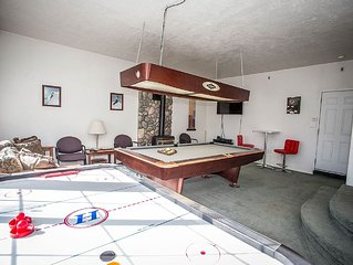The Bear Whisperer Cabin~Game Room~Pool Table~Air Hockey~Fireplace~Parking~