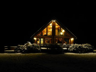 Stowe Log Chalet: Wood Fireplace, Hot Tub, Outdoor Fire Pit, Mountain Views