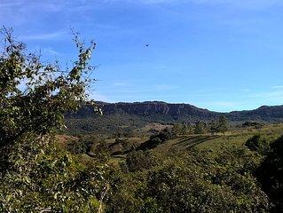 Em meio ao verde,diante da Serra, vizinhanca tranquila junto a uma cidade linda.