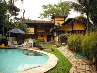 Confortável casa com piscina e amplo espaço gourmet
